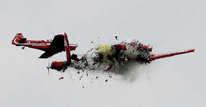 Почему самолет развалился в воздухе