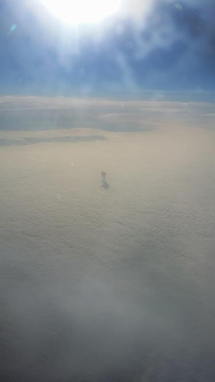 Пассажир заснял из иллюминатора будто шагающего по облакам человека