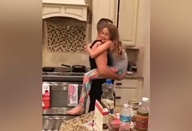Секс и дочкой мать парнем с спровоцировала ее
